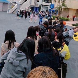 【ディズニー】ワンマンの開園ダッシュ対策でキャストさんが先導するワンマン列が形成10/18
