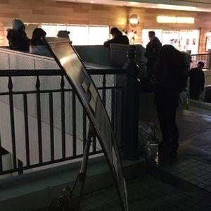 【ディズニー】ワンマンラス日の徹夜組、徹夜禁止の看板横から自主列を形成して警察が職質も無法地帯化